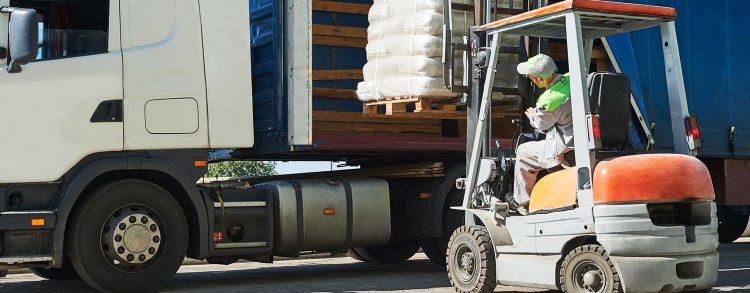 Wózek widłowy - ładowanie do transportu